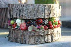 Herbstdeko: Baumscheibe mit Beeren und Früchten als Dekoration im Landhaus Garten