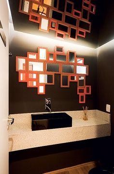 O projeto criado pela equipe do SuperLimão Studio traz um mosaico feito com espelhinhos de feira. A peça ganha mais destaque quando é refletida no teto