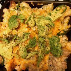 Assado de frango, couve-flor, queijo e abacate.
