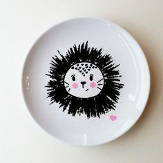 """Zuckersüßer Teller """"kleiner Löwe/kleine Löwin""""  aus hochwertigem Porzellan. Veredelt mit der modernen Grafik eines kleinen Löwen/einer kleinen Löwin.  Weitere Farben möglich - bitte fragen! Nicht..."""