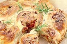 Fylld lantbröds-tårta med ost, bacon & soltorkade tomater