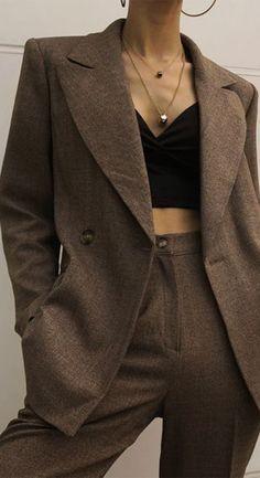 Una de las artistas que amamos por sus looks es Hailey Bieber y la stylist Maeve Reilly es la encargada de muchos de sus looks de pasarela y de streetstyle. Por eso nos dimos a la tarea de mostrarte los consejos de una experta. #moda #stylist #ayudadeunaexperta #vestirtebien #vestiralamoda #streetstyle #pasarela Who What Wear, Curvy Outfits, Fashion Outfits, Blazers, Classy, Clothes For Women, Chic, Jackets, Style