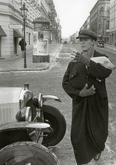 leiwandesk:    David Bowie in der Willibald-Alexis-Straße, ca. 1979  Schön war die Zeit, als die Welt noch in Ordnung war -  West-Berlin in pictures #58:  David Bowie, Willibald-Alexis-Strasse, ca. 1979  Photo: Wolfgang Krolow