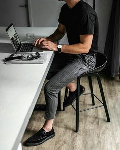 14 Stylish outfits that men should steal to .- 14 Stilvolle Outfits, die Männer stehlen sollten, um bei der Arbeit auffallen z… 14 Stylish outfits that men should steal to attract attention at work - Mode Outfits, Casual Outfits, Dress Casual, Black And Grey Outfits, Stylish Men, Men Casual, Smart Casual Men Work, Men At Work, Mens Buisness Casual