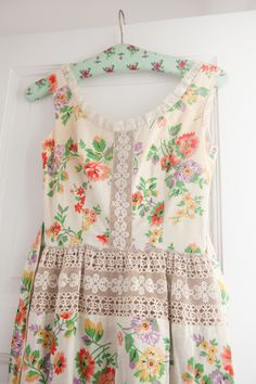 charming little floral & lace vintage dress
