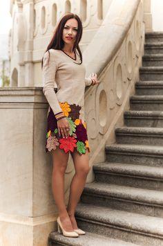 Платье связано с качественного хлопка, подойдет на каждый день Яркие, красочные оттенки придадут настроения в дождливые, холодные дни.  Верх связан крючком с проймой «реглан», по схемам отдельными деталями, а потом сшитые. Сзади на всю длину по спинке вшита молния. Низ платья состоит из больших и маленьких листов также связанных крючком и сшитых в технике сцепного кружева.