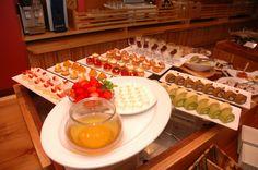 第1回 エズのワイン祭 ワインに合わせたデザートも並びます。