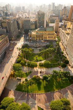 Parque do Anhangabaú, à esquerda Viaduto do Chá e, ao fundo, Teatro Municipal de São Paulo.