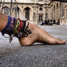 Fashio week 2014 à Paris, le Louvre. Au fond, séance photo avec un top model.  #barefootlifestyle #innerpeace #om #motherearth #freespirit #life #flowerchild #love #yogi #yoga #barefoot #paris #peace #anklet #namaste #piedsnus #hicharch #piedsnusparis #parispiedsnus #metropiedsnus #piedsnusmetro #justlivebarefoot #vanupieds #livingbarefoot #fashionweek (à Cour Carrée du Louvre)