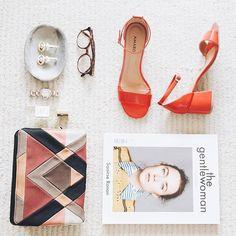 Um pouquinho do styling que deu o tom cool do #shoot da @gabriellamagalhaes ⚡Sandália red e clutch gráfica @amarofashion e acessórios do acervo pessoal da musa artsy carioca... #shop na história da Gabi pelo link da Bio 💫#iLoveeRio #SummerStories . . . #style #achado #flatlay #moda #fashion #glam #look #ootd #acessorios #artsy #picoftheday #photooftheday #cool