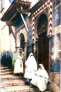 c.1900 - Women in old city street (Algiers, Algeria)