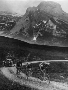 Onbekend | Sport, wielrennen, Tour de France 1925. Nicolas Frantz (Luxemburg) en de Belgen Lucien Buysse en August Verdijck in de Pyreneeën. Elk heeft een extra set banden om de schouders en een open volgauto klimt eveneens de niet geasfalteerde bergweg op. [dit zwoegen in de bergen vindt waarschijnlijk plaats tijdens de negende etappe (bergetappe), Luchon-Perpignan over 323 (!) km. Met als winnaar  Nicolas Frantz]