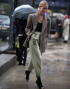 Thanks to the YEEZY effect, khaki sweatpants have been a serious style option for a good few years now. And how good do they look with an oversized blazer, a low-cut top and sock boots? Blazer Outfits Casual, Heels Outfits, Blazer Fashion, Trendy Outfits, Cute Outfits, Fashion Outfits, Jogger Outfit, Sweatpants Outfit, Fashion Mode