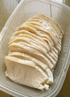 胸肉ゆで鶏(下準備なし・湯に浸すだけ) by 豆乳ポテト [クックパッド] 簡単おいしいみんなのレシピが222万品 胸肉ゆで鶏(下準備なし・湯に浸すだけ) 鶏ハムより簡単!安い鶏ムネ肉でもしっとりと、セブンイレブンのサラダチキン風な茹で鶏になります。ゆで汁もおいしくて便利。 材料 (1~2塊分) 鶏胸肉 200g~600g 塩 1つまみ~(お好みで) 生姜(スライス) あれば少々 湯 肉が浸るくらい 作り方 1 鶏肉がひたひたに浸かる位の湯を鍋に沸かす。塩を入れる。好みで、生姜も入れる(風味付け)。 2 沸騰した湯に鶏肉を入れる。→(水温が下がる)→ そのまま加熱し、再沸騰したら火を止める。フタをして完全に冷めるまで放置。 3 冷めたら取り出して、包丁でスライスして完成。(セブンイレブンのサラダチキンとほぼ同じものです) 4 ※冷蔵庫で冷やしてからスライスすると、より薄く綺麗に切ることができます。 5 ■■レシピはここまで■■ (以下は補足です)