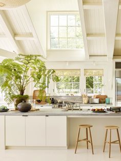 light filled modern cottage kitchen in creamy white maine cottage style house tour on coco kelley Layout Design, Design Blogs, Maine Cottage, Maine House, Cottage Style Homes, Modern Cottage Style, Cottage Interiors, Cottage Kitchen Interior, Painting Kitchen Cabinets