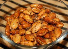 Жареный миндаль...Ингредиенты:    2 стакана сырого миндаля (стакан у меня 220 мл)  по 2 ст.л. оливкового и сливочного масла  по 1 с.л. сухого тимьяна и розмарина  соль и молотая паприка по вкусу