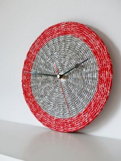 BluReco: Fiolet i czerwień Newspaper Basket, Newspaper Crafts, Wall Clock Hands, Starburst Mirror, Paper Jewelry, Red And Grey, Diy Projects To Try, Flower Crafts, Rolled Paper