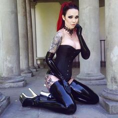 Bts from todays shoot with @josefinejonssonphoto @burleska_corsets #gothic…