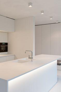 All white kitchen design Minimal Kitchen Design, Minimalist Kitchen, Interior Design Kitchen, Delta Light, Interior Minimalista, All White Kitchen, Kitchen Lighting, Luxury Interior, Home Kitchens