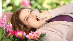 İlkbaharda doğa uyanırken bazı insanlar daha fazla uyumaya başlar. Bahar yorgunluğu daha çok kış aylarında fazla efor sarf eden kişilerde görülür. Daha uzun süren günler, güneş yoğunluğunun artması ve sıcak havalar da bahar yorgunluğunun nedenleri arasındadır. Bahar yorgunlu…