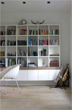 luchtige boekenkast die lijkt te zweven | onderste gedeelte gesloten | combinatie wit met hout