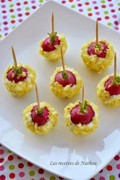 Les recettes de Nathou: Radis en croûte de chips Piquez un petit bâton dans chaque radis Fouettez le fromage frais (type st moret ) à fourchette pour le rendre plus malléable. Trempez-les radis Bien les enrober. Parsemez-les de miettes de chips et disposez-les sur un plat.
