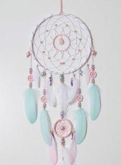 un'idea di cattura sogna con delle piume e delle perline nei toni tenui dell'azzurro e del rosa