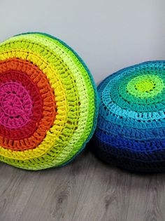 Color bombed poufs made with left over (pattern on hoooked.nl or http://www.tricotin.com/fr/modeles-gratuits/maison/hoooked-pouf-multicolore.html