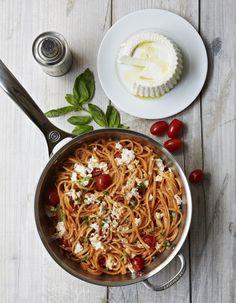 Recette One pot pasta spaghettis, tomates et ricotta : Épluchez les gousses d'ail et râpez-les au-dessus d'une grande sauteuse. Ajoutez les tomates en bo�...