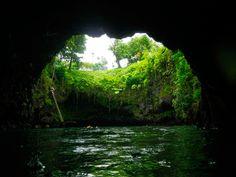 É basicamente uma fossa oceânica aquilo que se vê na vila de Lotofaga, na costa sul da ilha de Upolu, na Somoa. Um buraco com 30 metros de largura que forma uma cristalina piscina natural bem no meio do Pacífico.