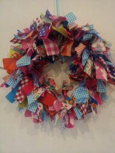 Krans van stofjes 4th Of July Wreath, Creative Ideas, Diy Crafts, Wreaths, Handmade, Home Decor, Crafts, Craft Work, Diy Creative Ideas
