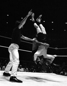 Jerry 'The King' Lawler piledrives Andy Kaufman.