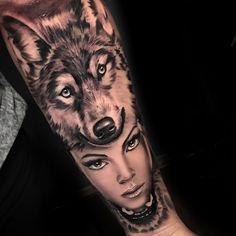 Tatuagem feita por Chico Morbene de São Paulo.    Mulher e lobo em realismo preto e cinza no braço.