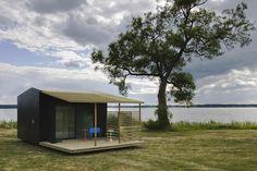 """たった2日でできる家 スウェーデンの建築家・デザイナーの Jonas Wagell氏は、たったの2日で建てることができるモダンプレハブミニハウスを創り、実際に住んでいます。 北欧では5年ほど前からモジュール式プレハブ住宅が人気だそうです。 資材は郵送で届き、自分で組み立てる。 いわば""""IKEA式""""とでも言ったほうが伝わりやすいでしょうか。 3Dプリンターの普及で郵送すらも今後なくなっていくのでしょうか。 Mini Houseと名付けられたこの家もモジュール式の小さな別荘です。 自然の中で自由に過ごしていい制度「自然亭受権」 北欧でこのタイプの住宅が流行った理由のひとつは自然享受権。 これは自然の中で自由に過ごして構わないという権利。 空き地でテントをはったり、森でキノコを採ったりなんてことで咎められることはなく、一時的な建築物を設置することも自由(ただし15㎡以内)。 日本ではちょっと考えられないシステムですね。 それをうまく利用したプレハブ住宅は、北欧の市場にうまくはまったのでしょう。 Mini…"""