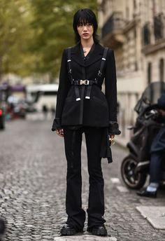 Street Style : Paris Fashion Week - Womenswear Spring Summer 2020 : Day Six - Mode/fashion/vogue - Fashion Week Paris, Japan Street Fashion, Korean Street Fashion, Tokyo Fashion, Asian Fashion, Dark Fashion, Grunge Fashion, Aesthetic Fashion, Aesthetic Clothes