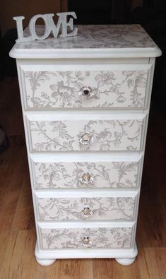 Shabby Chic Furniture In a family room, try to arrange your furniture into centers. Cheap Furniture Makeover, Diy Furniture Renovation, Diy Furniture Projects, Refurbished Furniture, Metal Furniture, Paint Furniture, Repurposed Furniture, Shabby Chic Furniture, Muebles Shabby Chic