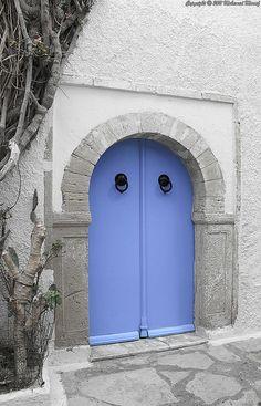 8 Unusually Beautiful Front Door Colors You'd Never Think to Try Bright Front Doors, Beautiful Front Doors, Front Door Colors, Unique Doors, Front Door Entrance, Front Door Decor, Entry Doors, Garage Doors, Exterior Doors