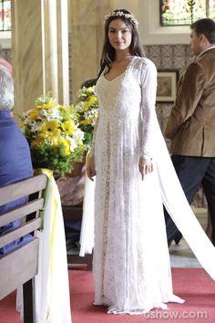 Vestido de Sandra tem duas texturas e é feito de croché e renda.