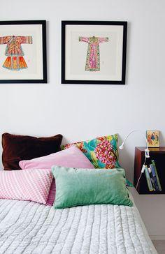 Annen makuuhuoneessa taulut, tyynyt ja sängynpeitto ovat Mokosta. Puusepän tekemät laatikkomaiset yöpöydät on kiinnitetty seinään.