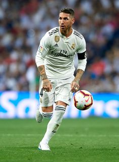 Sergio Ramos of Real Madrid runs with the ball during the La Liga match between Real Madrid CF and Club Atletico de Madrid at Estadio Santiago Bernabeu on September 2018 in Madrid, Spain. Get premium, high resolution news photos at Getty Images Real Madrid Football Club, Real Madrid Players, Best Football Players, Soccer Players, Fotos Real Madrid, Messi And Ronaldo, Cristiano Ronaldo, Real Madrid Manchester United, Best Cb