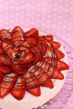 Strawberry cake     http://www.pullahiiri.com/2012/03/mansikkahyydykekakku.html