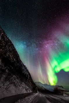 Aurora borealis- It would be my dream to see the northern lights in my lifetime. Aurora Borealis, Pretty Pictures, Cool Photos, Northen Lights, Natural Phenomena, To Infinity And Beyond, Beautiful Sky, Science And Nature, Belle Photo