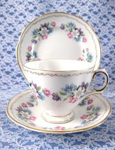 Royal Tara Ireland Teacup Trio Blue And Pink Flower Bouquets Bone China 1940s Large Cup - Antiques And Teacups - 1