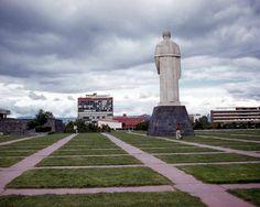 """En lo que se conoce como """"Las Islas"""" de la UNAM fue develada una estatua de Miguel Alemás Valdés, en cuyo sexenio fue construída CU. La estatua fue dinamitada por desconocidos. Foto: La ciudad de México en el tiempo."""