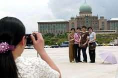 Malaysia targets four million tourists from China this year eight million by 2020.     This year Malaysia is eyeing four million tourists from China and doubling the figure to eight million by 2020 says Tourism and Culture Minister Datuk Seri Mohamed Nazri Abdul Aziz. Overall we target about RM114 billion in tourist receipts for 2017 and RM168 billion for 2020 he said when launching the Malaysia-Xiamen Chamber of Commerce (MXCC) here today.     He noted that this might as well be possible…