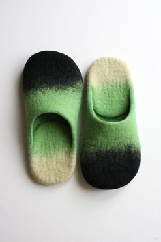 I love how this slippers are made, I would like to use this technic on a dress. Made using hot water and organic soap, these wool felted slippers are also coated with natural latex on the soles to keep you from sliding around. Nuno Felting, Needle Felting, Felt Shoes, Green Wool, Felt Art, Felt Crafts, Wool Felt, Knitting Patterns, Natural Latex