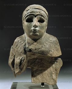 Escultura sumeria 3ro-2do mill. BCE.  Fragmento de la estatua de una mujer. Desde Umma, Neo-Sumerio, alrededor de 2140 aC Caliza, H: 22,2 cm AO 4754 Louvre, Departamento des Antiquites Orientales, París, Francia