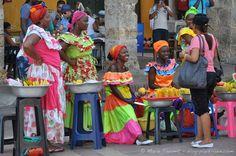 Brochette de palenqueras, les vendeuses de fuits traditionnelles, à Carthagène.