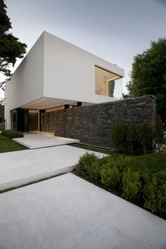 Casa Carrara is a minimalist design by architecture firm Andres Remy Arquitectos situated on an irregular lot in Pilar, Buenos Aires, Argentina. Modern Exterior, Exterior Design, Interior And Exterior, Architecture Résidentielle, Contemporary Architecture, Facade House, Minimalist Design, House Design, House Styles