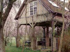 La bâtisse normande est imposante par la taille mais elle fait pourtant corps avec la nature. En briques rouges , elle rappelle le style ancien des maisons du coin. http://www.maison-deco.com/reportages/reportages-maisons/La-mysterieuse-maison-en-briques-rouges
